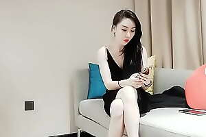 遇到一个黑裙高挑大长腿又有气质的美女,床上疯狂的抽插她