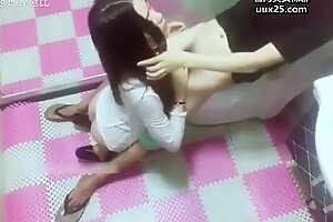 极品网红女神鹿少女找邻居帮忙修理淋浴被侵犯,操的高喊好爽,受不了,好痛啊