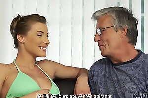 DADDY4K. Vieil homme et fils superbe petite amie ont des relations sexuelles dans de belles poses
