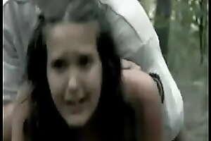 Ormanda Zorla Liseli Kızı Sikiyor