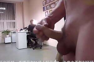 测试办公室遛鸟,女同事的反应