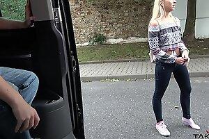 Соблазнительную блондинку сняли и жестко трахнули в фургоне