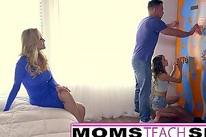 青少年被金发碧眼的妈妈抓住了惩罚与他妈的课