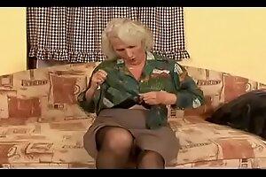 她可能太衰老了,以至于不能再把肘肘留在家里了,酒吧白发苍苍的奶奶仍然是个角质的老bit子。