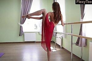 角质体操运动员Inessa穿着红色连衣裙