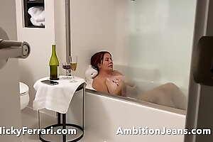 Nicky Ferrari Mi madre se esta bañando y me gusta ver.