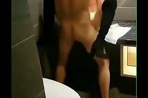 看着自己的女朋友被帅哥放在洗手台上操得浪叫连连